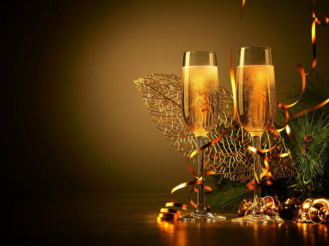 стилни картинки и картички за нова година с чаши шампанско и украса